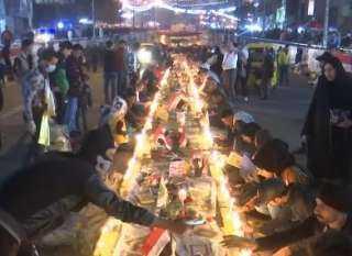 بالفيديو.. عراقيون يكرمون ضحايا المظاهرات بوضع الزهور وإشعال الشموع بساحة التحرير