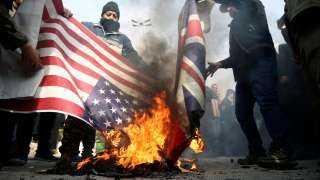 فيديو.. تظاهرات أمام السفارة البريطانية وحرق علمها في طهران